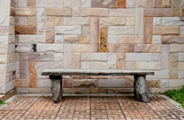 レンガの壁に木製の椅子