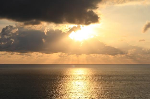 日の出または日没のビーチ
