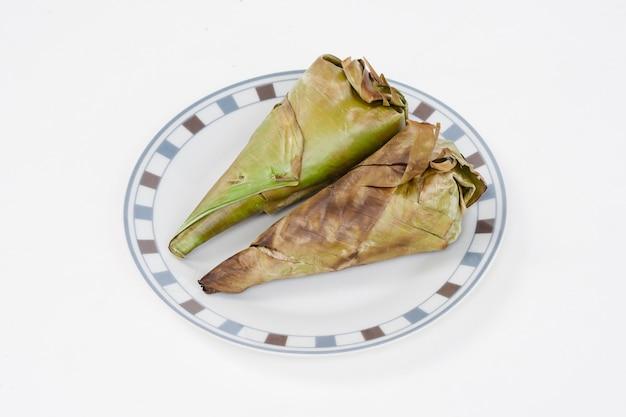 Тайский десерт на белой тарелке