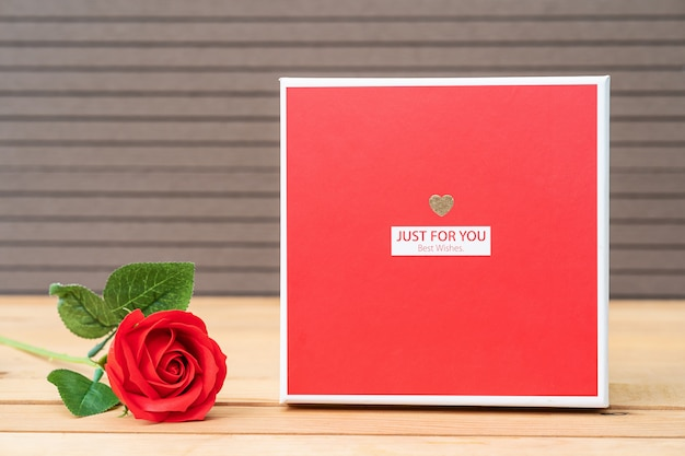 ギフト用の箱と赤いバラ