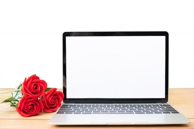 Красная роза и ноутбук макет на белом