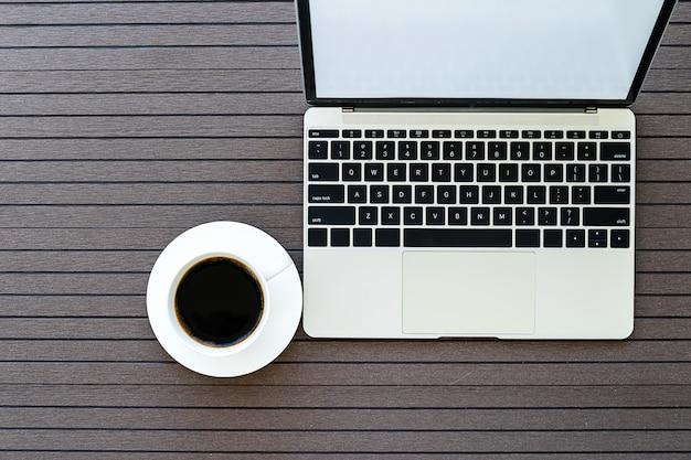 ノートパソコンとコーヒーカップとのコーヒータイム