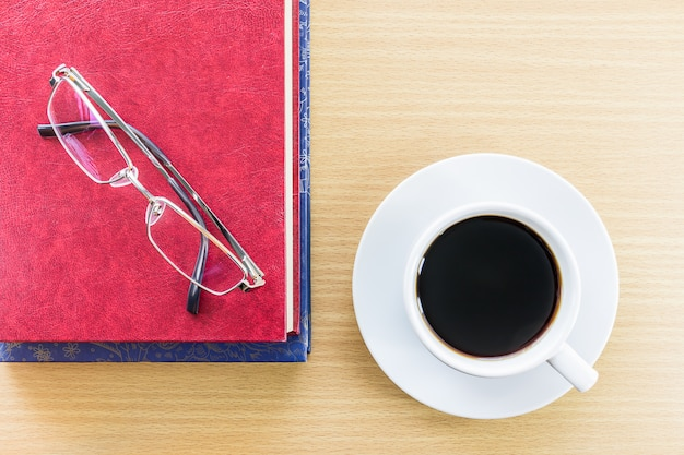 木製のテーブルとグラスコーヒー