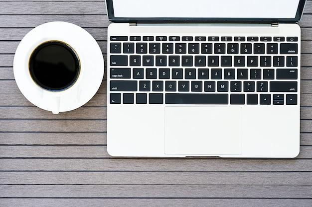 ノートパソコン、コーヒーカップ、グラスとのコーヒータイム