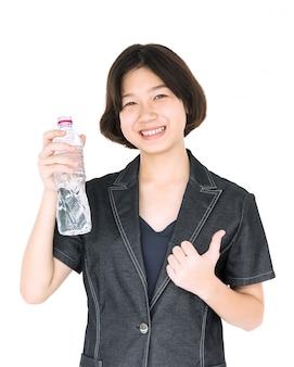 アジアの女性は白のミネラルウォーターを保持します