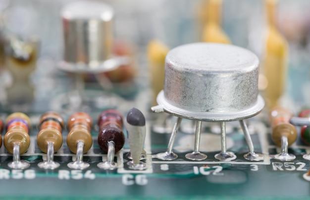 回路基板上のクローズアップ電子ハードウェア