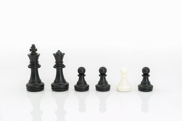 白地に黒と白のチェスの駒