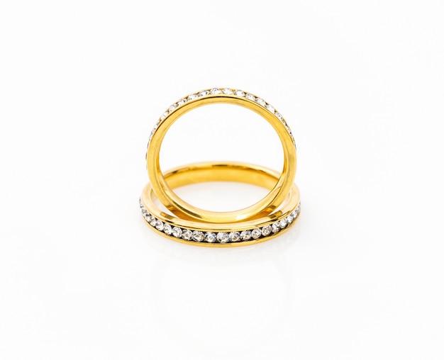 Золотые обручальные кольца на белом