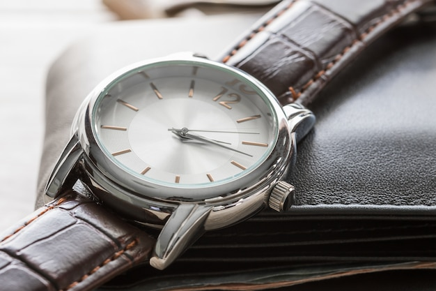時計と財布を閉じる