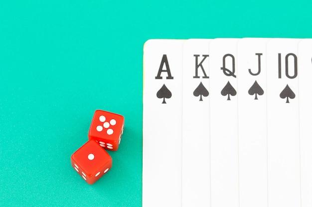 緑のカジノテーブルのサイコロとカード