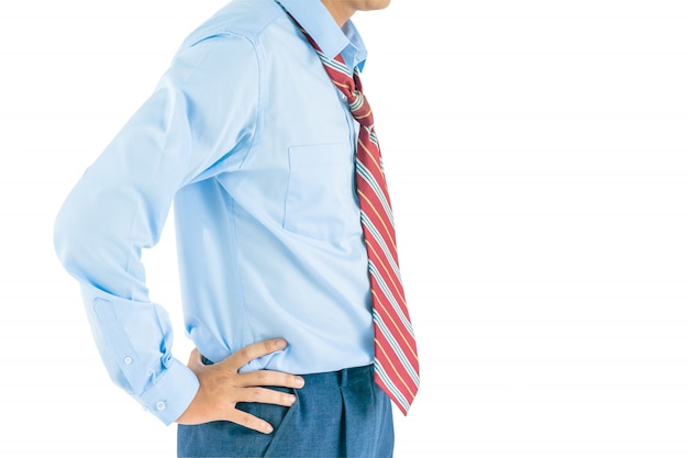 Человек носить рубашку с длинным рукавом, стоя с подбоченясь с отсечения путь