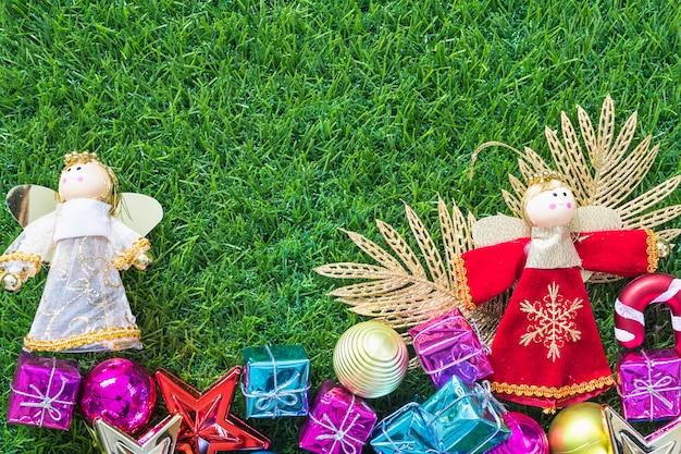 Новогоднее украшение на зеленой траве
