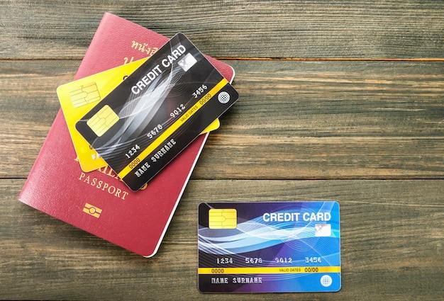 テーブルのパスポートとクレジットカード