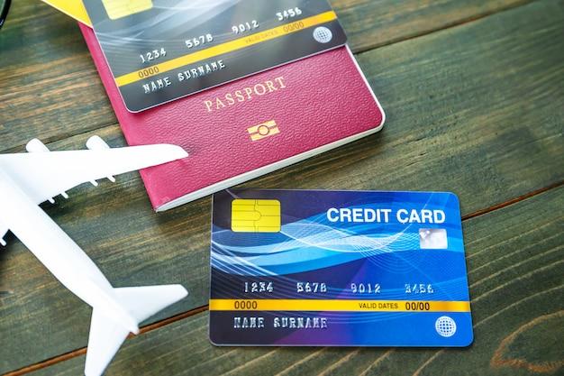 木製の机の上のクレジットカードとパスポート