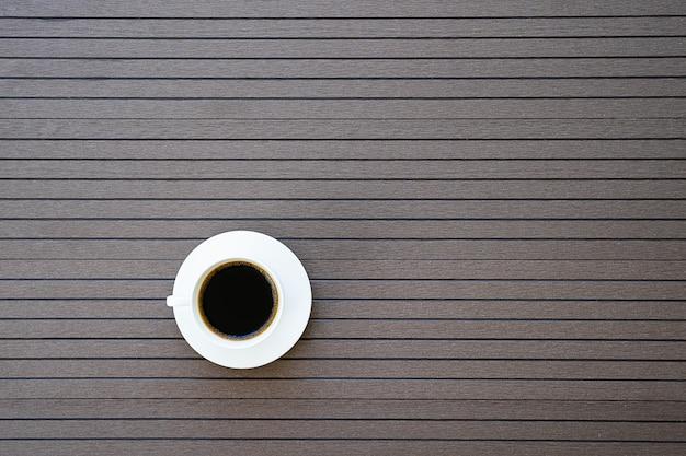 デスクテーブルの上のトップビューコーヒーカップ