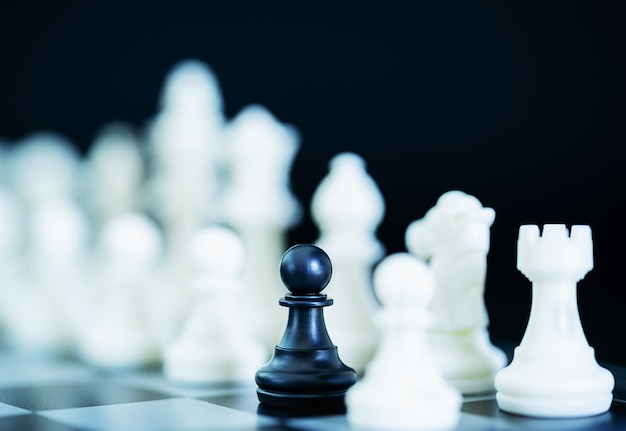 チェス盤上のチェスの駒を閉じる
