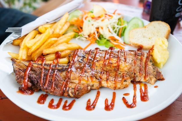 牛肉のグリルステーキプレート上のサラダ