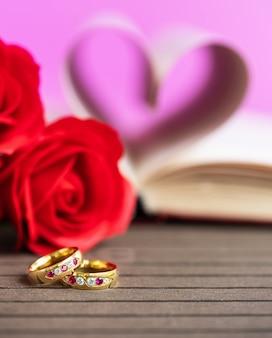 本のページは結婚指輪とハート形を湾曲