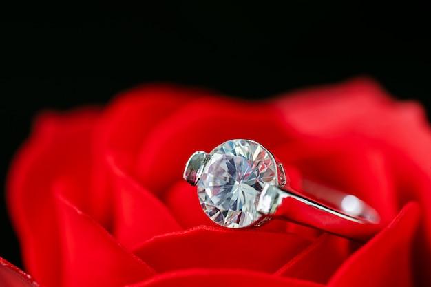 赤いバラのダイヤモンドの結婚指輪