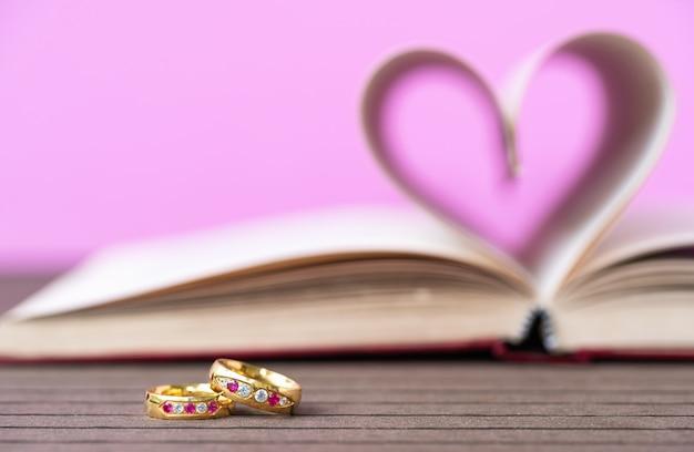 Страницы книги изогнутой формы сердца и кольца для прополки
