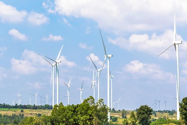 丘の上に風力タービン発電機が並ぶ