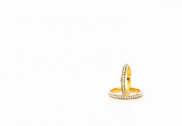 Золотые обручальные кольца на белом фоне