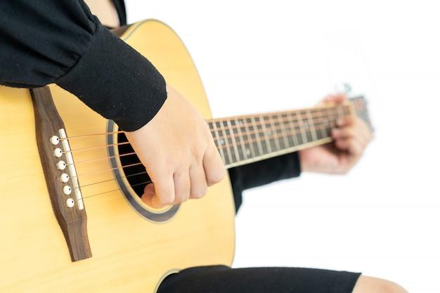 座っていると彼女の手でギターギターの民謡を演奏する女性