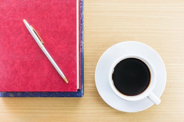 木製テーブル上のコーヒー