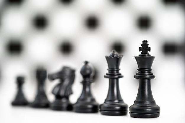 白地に黒のチェスの駒のセット