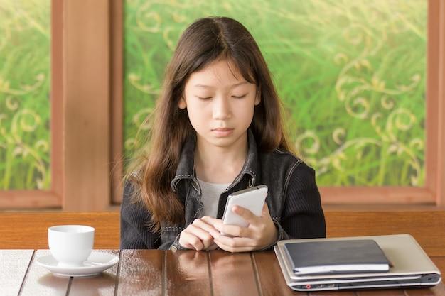 携帯電話を使用してアジアの若い女の子