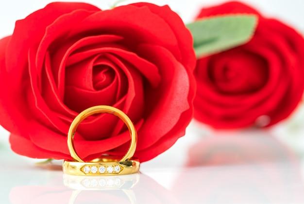 赤いバラと白の金の指輪を閉じる