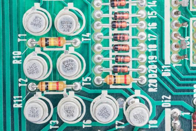 回路基板上のコンデンサと抵抗アセンブリ