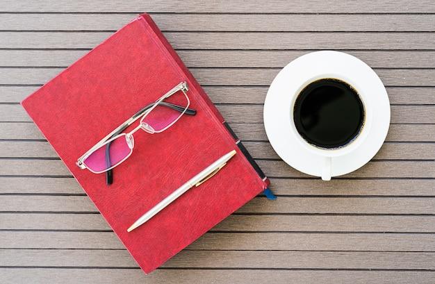 Стол офисный стол с ноутбуком, чашка кофе