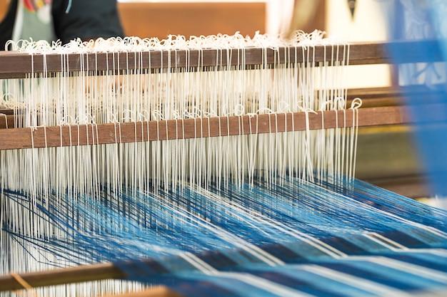手織機にシルクコットンを織り