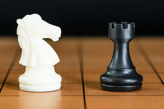 木製のチェス盤の上のチェスの駒