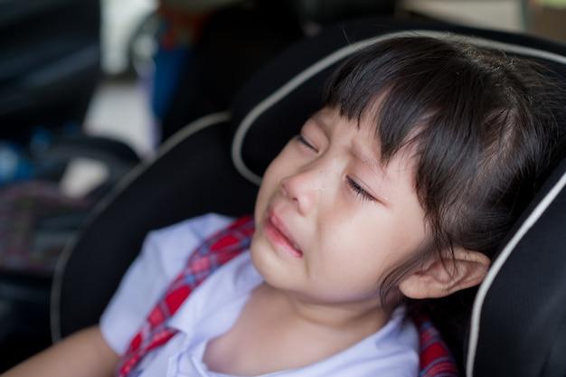 子供が泣いている、小さな女の子が泣いている、悲しい気がする、若い女の子が不幸