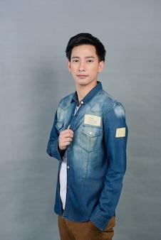 Портрет азиатского молодого человека на сером, подросток