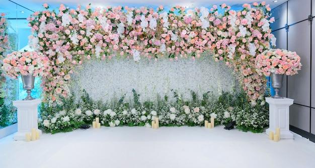 結婚式の花の背景、カラフルな新鮮なバラ、花の束