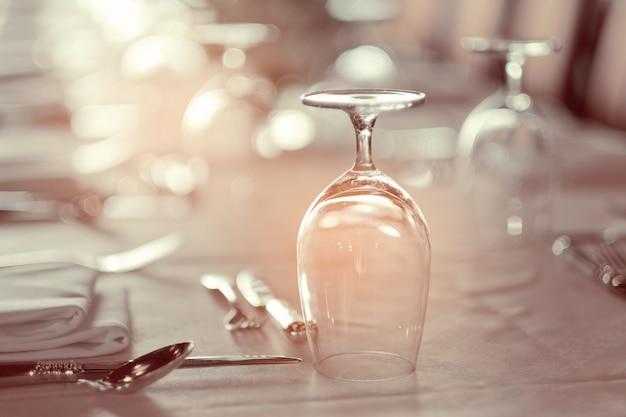 レストラン、ガラス水で空のグラス
