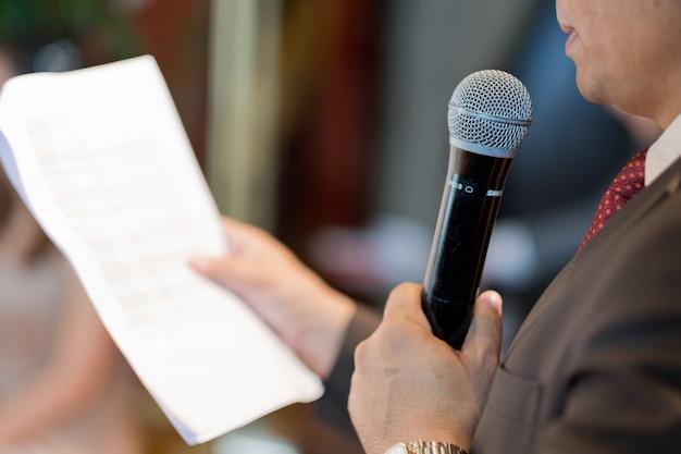 Микрофон на сцене, динамик, конференция