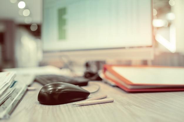 ビジネスの男性、マウスに手、男はコンピューターを使用して作業