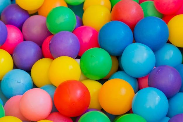 子供、カラフルな背景のボールの色