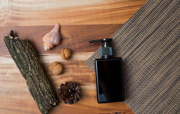 自然化粧品ボトルウッドの背景、空のボトル、自然の美しさのスキンケア製品の容器