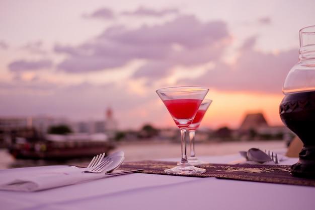カクテルグラス、夜のパーティー、お祝い