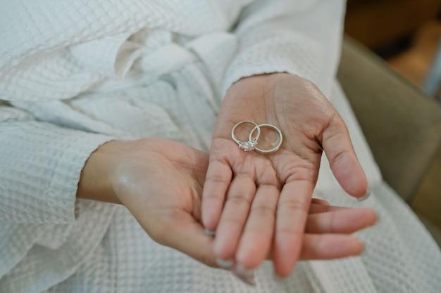 花嫁の手に結婚指輪