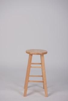 白い背景の上の木製の椅子