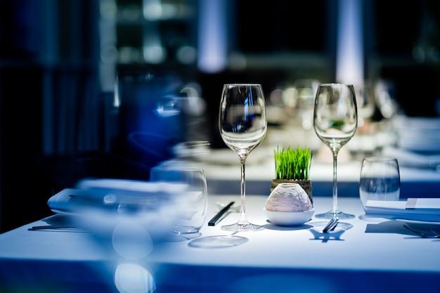 レストラン、グラスウォーター、キャンペーングラスで空のグラスワイン