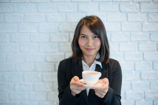 Женщина пьет горячий кофе утром, расслабиться