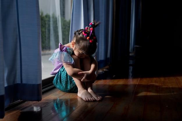 子供はいじめられました、子供は悲しくて不幸でした、アジアの子供は泣いていました、怒って、気分が悪くなりました