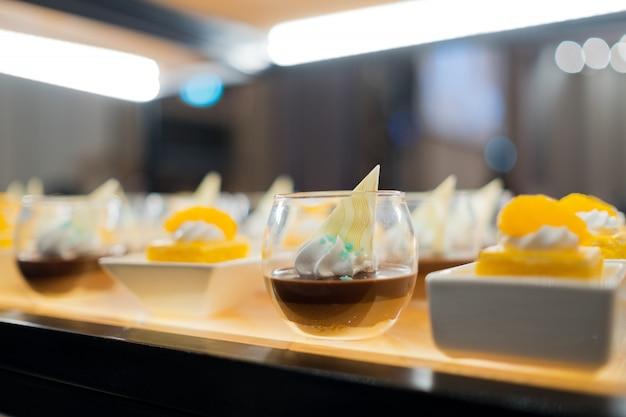 Кондитерские изделия из стекла, свадебный кейтеринг, мини-канапе, вкусный десерт, банкетный стол с красивым декором, закуски и закуски, свадебное торжество